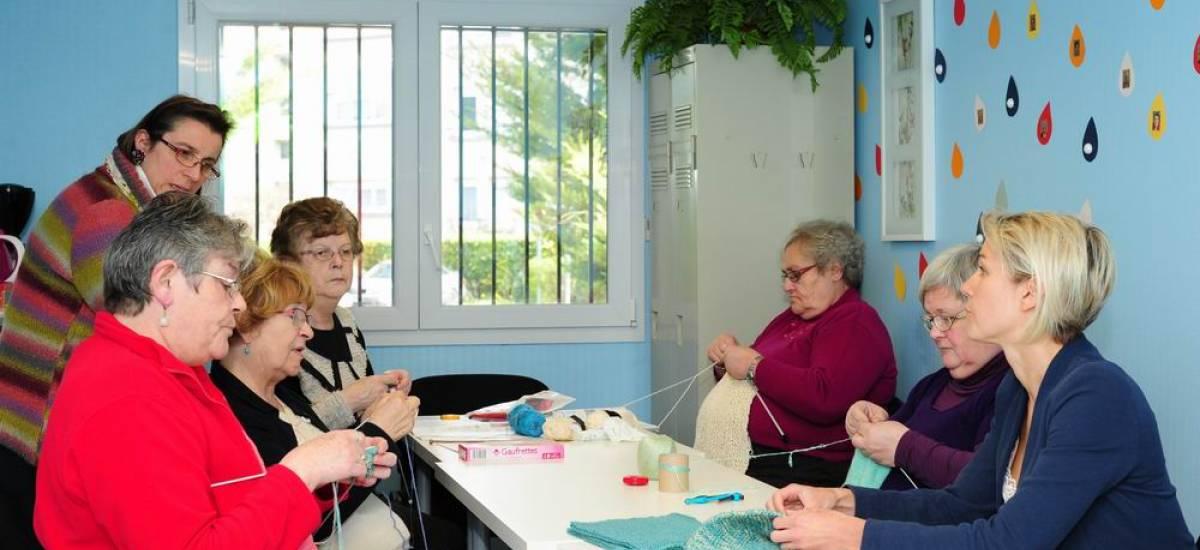 A Aÿ, une salle bleue pour tricoter et échanger entre voisins - Galerie 1